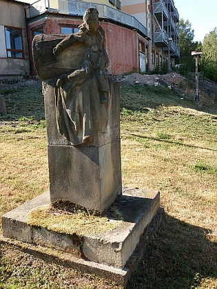 Pomník Matěje Kopeckého v Kolodějích nad Lužnicí od sochaře Jana Jiříkovského z roku 1947 zobrazuje plačícího Kašpárka sprotrženým bubnem