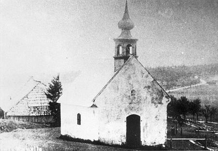 Kaple v zaniklém Zhůří, vzadu vpravo se vine cesta do Horské Kvildy