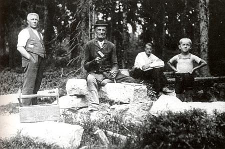 Jeho děd Johann Luksch (Stoahauerhansl) z Vydřího mostu ve věku 78 let v roce 1935 při tesání kamenného koryta