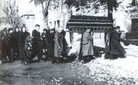Pohřeb jeho děda Karla Luksche, který podle přípisu k záznamu v kvildské matrice o jeho narození zemřel vHorské Kvildě dne 7. srpna roku 1960, byl dva dny nato vůbec posledním pohřbem na hřbitově farní obce Kvilda
