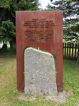 """V roce 1978 byl hřbitov zrušen, takto byly v roce 2008 dochované náhrobní kameny obcí Kvilda pietně uloženy """"ve snaze o vyrovnání se s minulostí"""", jak uvádí dvojjazyčná pamětní deska"""