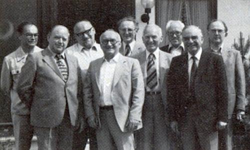 Tady se na jedné školní fotografii z roku 1930 sešli ve Zbytinách  Pepi Luksch (vzadní řadě druhý zprava) se svým učitelem náboženství, děkanem Eduardem Pechtlem (s kolárkem stojící vlevo při zadní řadě), vpravo stojí s knírkem pan řídící učitel Franz Petter