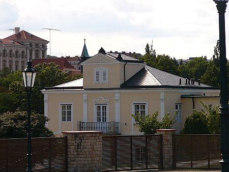Pohled na pražskou Lumbeho vilu, opravenou jako sídlo prezidentského páru Václava a Livie Klausových, z Lumbeho zahrady