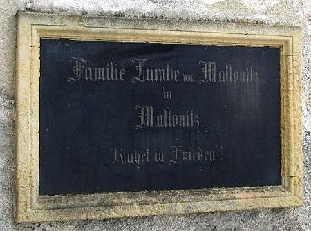 Náhrobní deska na zdi hřbitovního kostela sv. Máří Magdaleny u Velhartic připomíná rovněž jméno rodu