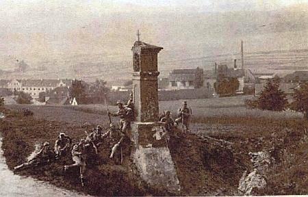 Vojáci při polním cvičení u božích muk na prachatické Skalce někdy kolem     roku 1890, tedy v době, kdy se tu ve městě pod ní narodil