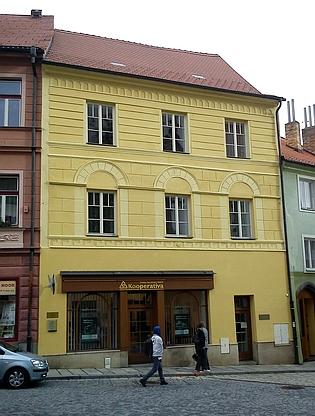 Rodný dům na Kostelním náměstí v Prachaticích čp.16/I. na snímku z roku 2013