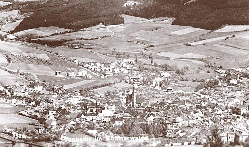 """""""Prachatice na Šumavě"""", jak je zachytila Seidelova pohlednice, nalevo se zřetelnými budovami místních kasáren z roku 1875"""