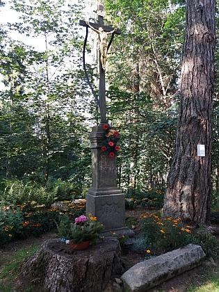 Kříž na vrcholu Dobré Vody nad kaplí