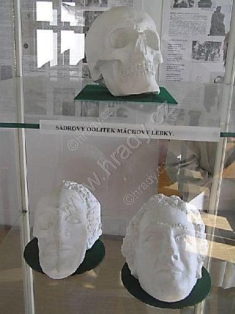 Sádrový odlitek Máchovy lebky a podoba básníka, na jeho základě vytvořená, jak jsou vystaveny v domě Máchova úmrtí...