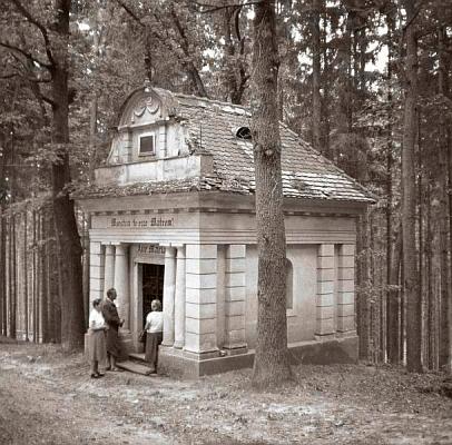 """Na štítu kaple """"Na Čihadle"""" při vrchu Dubík (Eichberg) mezi Českým Krumlovem a Větřním, zřízené v roce 1814 knížetem Josefem Adamem ze Schwarzenberka vedle poustevny z roku 1750, dnes již nedochované, býval podle popisu k tomuto snímku stejně jako na oné hospodě z Máchova """"šumavského"""" textu nápis, znějící vněmčině: """"Herr bleibe bei uns, denn es wird Abend"""""""