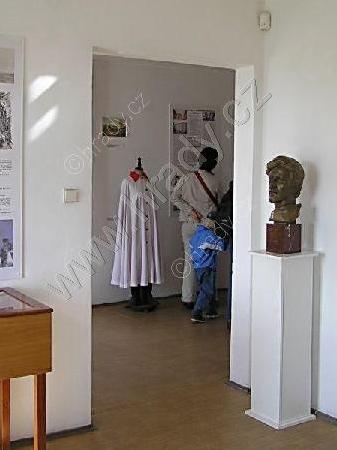 ... a rudě podšitý plášť, kterým ohromoval budějovické měšťany cestou do Itálie, rovněž v litoměřické expozici