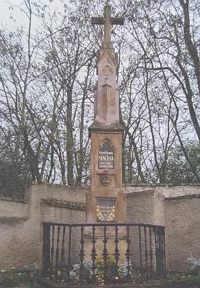 Původní jeho hrob v tehdy převahou jazykově německých Litoměřicích, odkud byly v říjnu osudného roku 1938 převezeny básníkovy ostatky do Prahy