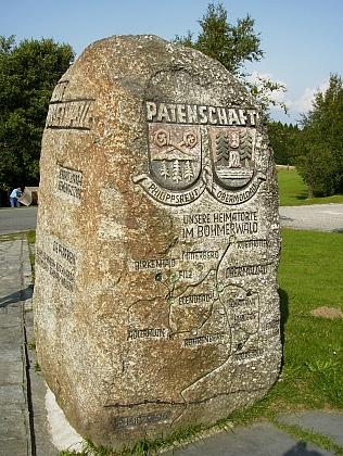Pamětní kámen u repliky stožecké kaple v bavorském Philippsreutu připomíná patronát obce nad vyhnanci zHorní Vltavice a jejího okolí