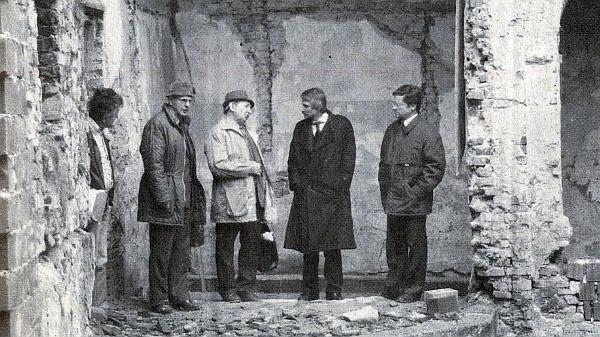 Téhož roku 1990 při návštěvě zdevastovaného zámku v Poběžovicích