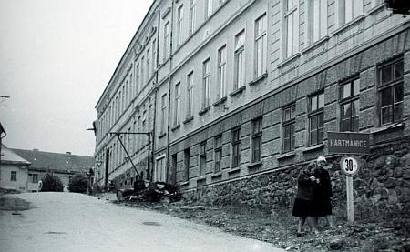 Někdejší hartmanická měšťanská škola na snímku pravděpodobně ze šedesátých let 20.století