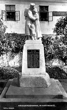 Autorem snímku hartmanického památníku padlých je J.Mader