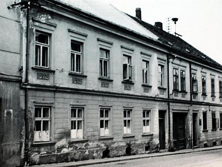 """Dodnes stojící """"Beywl Haus"""" čp. 43 v Hartmanicích na snímku z poválečných let"""