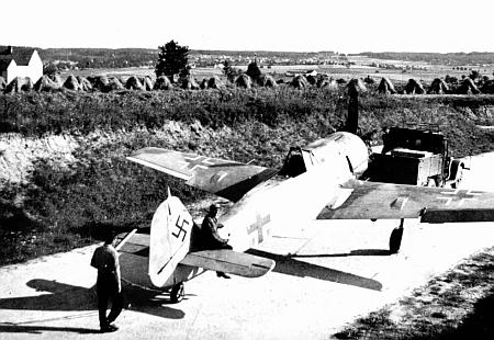 Unikátní fotografie z letiště v Plané u Českých Budějovic v roce 1944, tedy v době, kdy tu sloužil