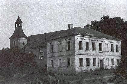 Škola a kostel svatého Martina v rodné Bohuslavi, který se stal obětí demolice v roce 1963