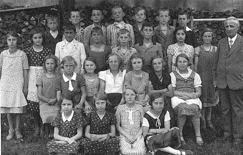 V páté třídě školy v tehdy ještě Německém Benešově (v prvé řadě sedící prvá zleva)