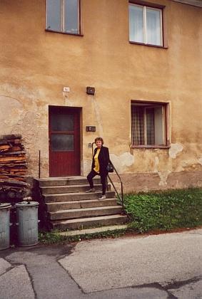 Před vchodem do rodného domu čp. 141, v němž byla nejprve umístěna benešovská škola, pak zedejší spořitelna a také otcova holičská firma