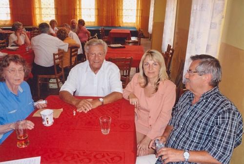 Tento snímek z roku 2009 zachycuje Valerii Maiovou s krajany Sonnbergerem aKlentzkym a mezi nimi sedící starostkou Benešova nad Černou Veronikou Korchovou při rodáckém setkání