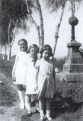 """Na """"Krebsů vrchu"""" stojí s kamarádkami ta vpředu na snímku, doprovázejícím báseň Ignaze Pilse o kříži vedle nich"""