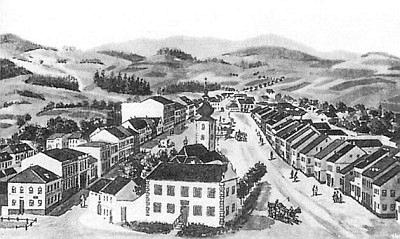 Vpředu na kresbě zachycující náměstí v Benešově nad Černou budova staré školy, kde se narodila