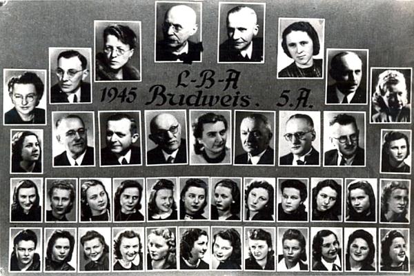 Tablo 5. A ročníku studentek německého učitelského ústavu ve válečných Budějovicích, jejichž závěrečnými zkouškami 5. března 1945 skončila historie německého učitelského vzdělávání ve městě - třetí zprava ve druhé řadě odzdola je Wally Klingerová, vpravo nahoře je černou páskou označena fotografie Rudolfa Hoscheka