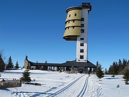 Rozhledna na vrcholku Poledníku - byla upravena z bývalého vojenského objektu
