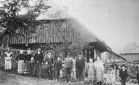 """Statek čp. 20 """"Letthof"""" na Předních Paštích, vpravo v pozadí podružní domek, kde se Marie Malá narodila"""