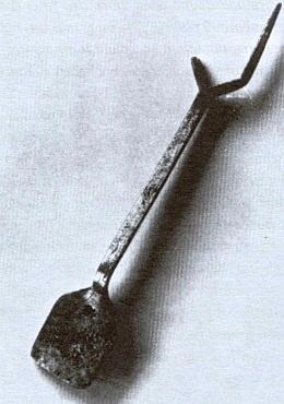 Lopatička na obracení šmornu prý patřívala na Šumavě kvýbavě každé nevěsty