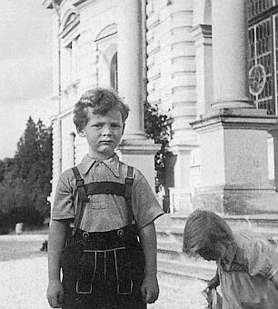Malý Stephan von Poschinger se svou sestrou Benignou si tu hraje před někdejším zámkem