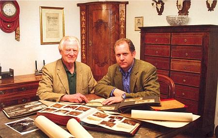 Baron Stephan von Poschinger se synem Benediktem nad alby rodinných fotografií