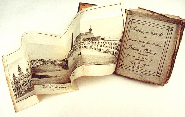 Titulní list jím opsané práce otcovy z roku 1885 o dějinách města Českých Budějovic s litografií Georga Zorna, zachycující budějovické náměstí v půli 19. století