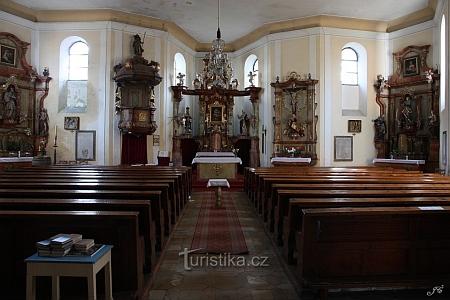 Vnitřek kostela Panny Marie Pomocnice z Hvězdy v Železné Rudě s náhrobky sklářů ve stěnách