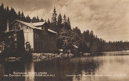 Od roku 1923 stála na břehu Černého jezera zásluhou Státních statků a lesů tato dvoupatrová chata s lůžky a restaurací, provozovaná Klubem československých turistů (KČST)