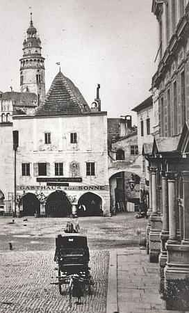 Vlevo je snímek domu čp. 2 na českokrumlovském náměstí, kde Johann Mark bydlil, pořídil Josef Wolf - fotografie z roku 1894 zachycuje původní podobu domu před pozdější přestavbou; na snímku vpravo je dům v roce 2019