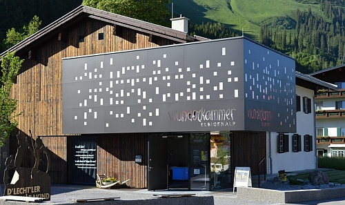 "V domě na rodné adrese Elbigenalp 47 dnes sídlí muzeum ""Wunderkammer Elbigenalp"""
