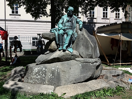 Stiterův pomník v Linci, o jehož zřízení se zasloužil jeho otec