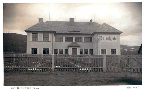 Budova školy v Chlumu (Humwald), vysvěcené 8. září roku 1935, na pohlednici českokrumlovské firmy Wolf...