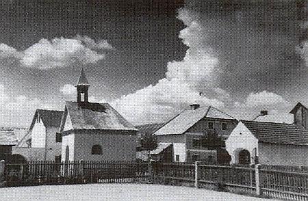 Návesní mariánská kaple v Chlumu na starším snímku a její vnitřek na novějším z roku 2012