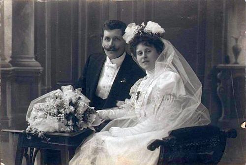 Snímek z otcovy svatby ve Vídni (jinak byl Ferdinand Marouschek, vídeňský bankovní inspektor a revident, rodem z Prahy) s Charlotte Hanuschovou v únoru roku 1905