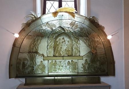 V poválečných časech zničeném interiéru kostela dnes najdeme unikátní skleněný oltář, křížovou cestu a plastiky Vladěny Tesařové