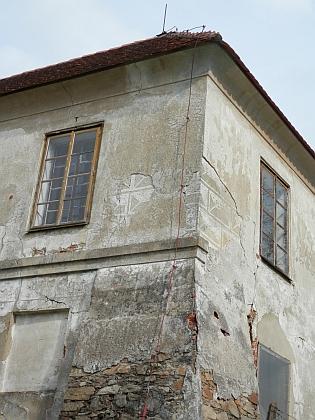 Renesanční dvůr Lustenek u Rudolfova byl na počátku třicetileté války vypleněn, jako konfiskát pak přešel nakrátko do Marradasova vlastnictví - ten jej nechal opravit a v roce 1622 předal českobudějovickému děkanství