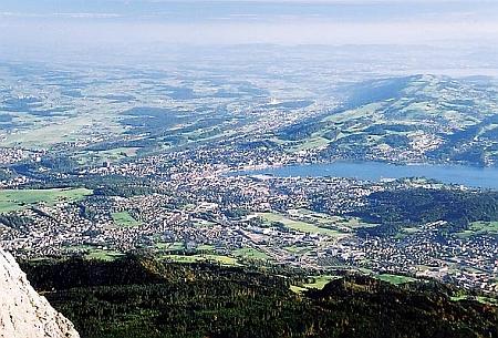 Pohled z vrcholu hory Pilatus (1585m) na rodný Luzern