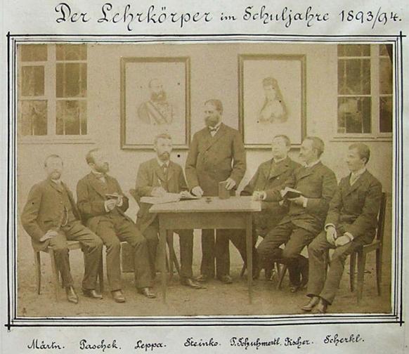 Se členy učitelského sboru školy v Horní Stropnici zde sedí (psán Märtn) roku 1893 prvý zleva pod obrazy císaře Františka Josefa a tehdy ještě žijící císařovny Alžběty (Sissy), vedle něho směrem doprava sedící Karl Paschek, Franz Steinko (stojící) a druhý zprava sedící Franz Fischer
