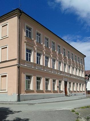 Škola v Nových Hradech, kde učil