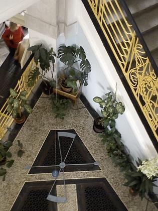 Po desítkách let se u příležitosti 110. výročí otevření budovy gymnázia vrátilo do prostoru schodiště Foucaultovo kyvadlo, které tam bývalo v době Maschekových studií