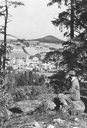 Pohled přes někdejší Německý Benešov na horu Vysoký kámen, jinak zvanou Slepice